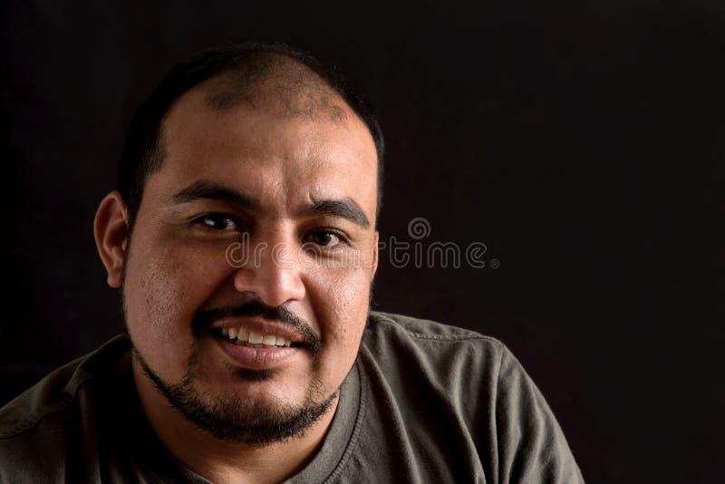 Porträt eines lateinischen Mannes auf Schwarzem lizenzfreie stockbilder