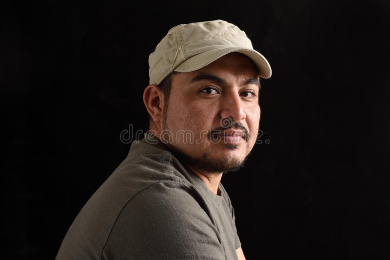 Porträt eines lateinischen Mannes auf Schwarzem lizenzfreie stockfotografie