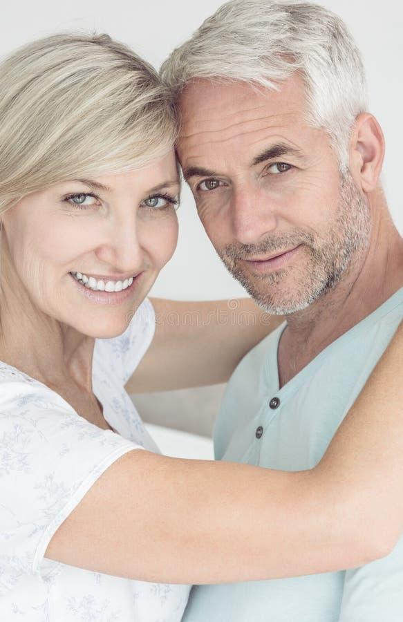 Porträt eines liebevollen reifen Paares stockfoto