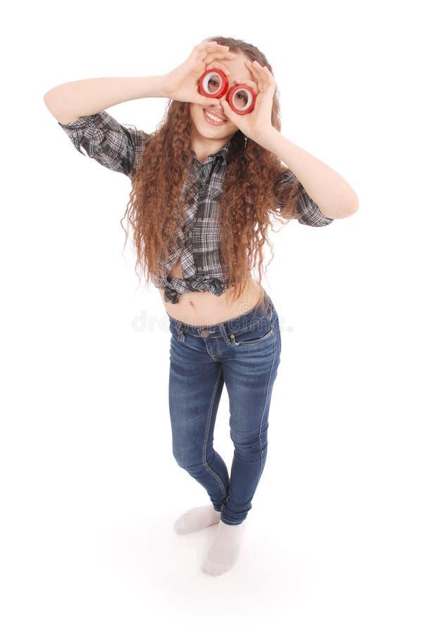 Porträt eines lustigen jungen Mädchens, das Kamera durch Isolierband betrachtet lizenzfreie stockfotos