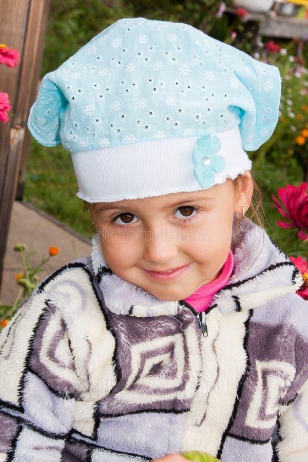 Porträt eines lustigen kleinen Mädchens in der Natur lizenzfreies stockbild