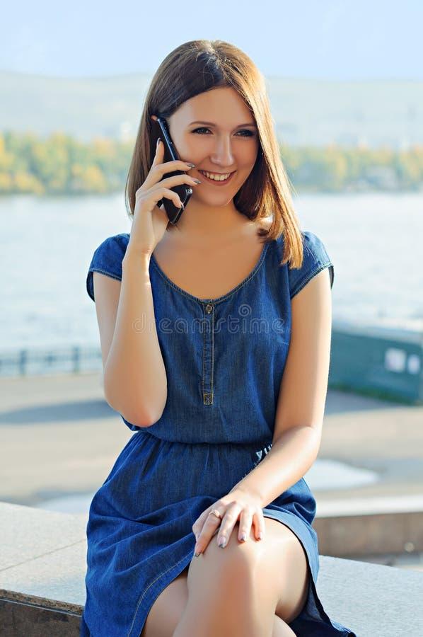 Porträt eines Mädchens auf dem Hintergrund des Flusses stockfotos
