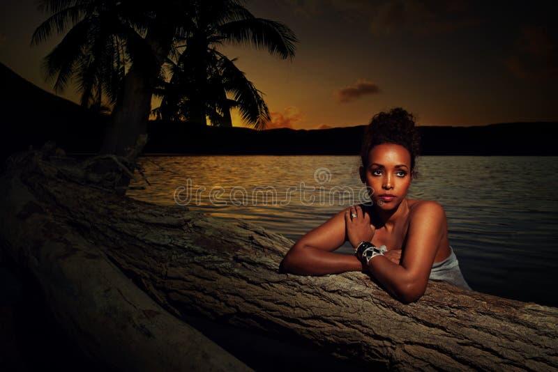 Porträt eines Mädchens bei Sonnenuntergang stockfotos