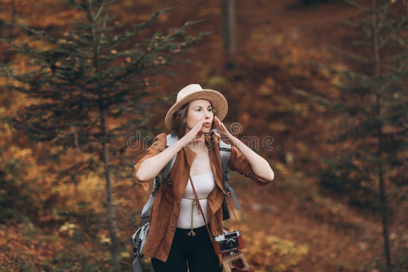 Porträt eines Mädchens, das im Wald verloren erhielt Schönes Mädchen in einem Hut im Herbstwald stockbilder