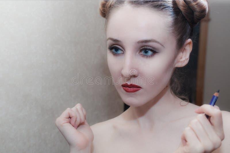 Porträt eines Mädchens, das Make-up sich anwendet lizenzfreies stockfoto