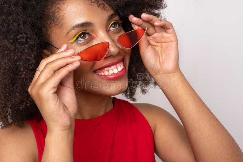 Porträt eines Mädchens in den roten Gläsern lizenzfreies stockbild
