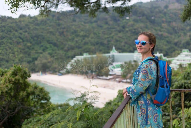 Porträt eines Mädchens in der Sonnenbrille des Golfs und des Dschungels lizenzfreies stockfoto