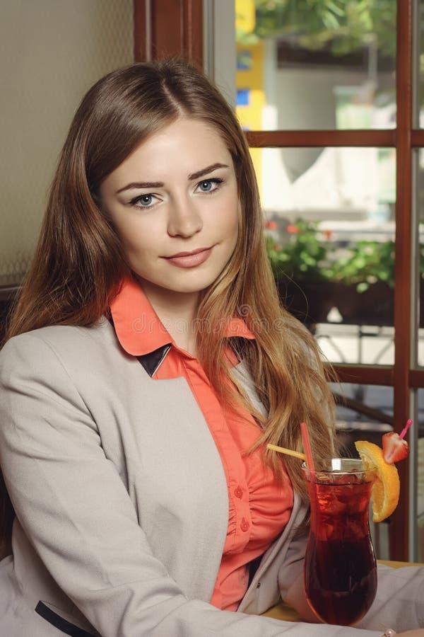 Porträt eines Mädchens in einem Restaurant stockfotos
