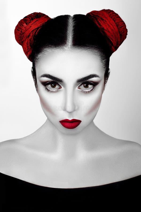 Porträt eines Mädchens in einer Hautecouture, Schönheitsart mit weißer Haut, rote Lippen bilden am silbernen Hintergrund Vampirsm stockbilder