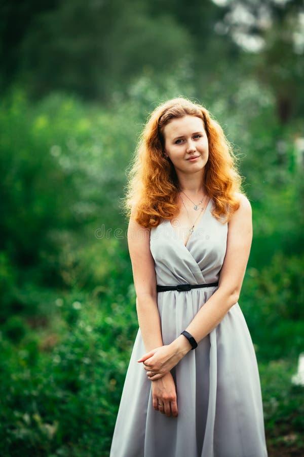 Porträt eines Mädchens gegen einen Naturhintergrund stockfoto