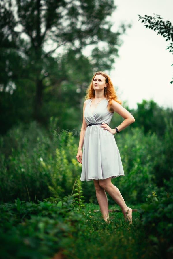 Porträt eines Mädchens gegen einen Naturhintergrund stockbild