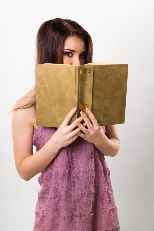 Porträt eines Mädchens mit einem Buch lizenzfreie stockbilder