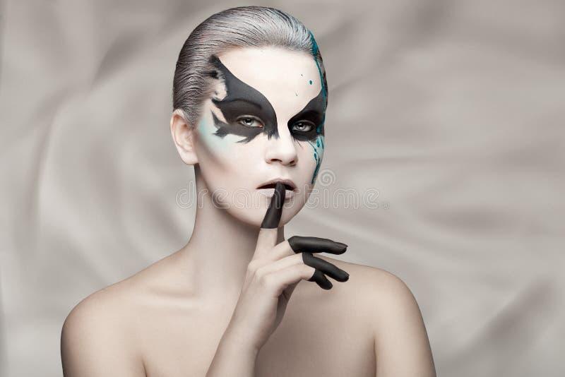 Porträt eines Mädchens mit Farbe auf seinem Gesicht lizenzfreies stockbild