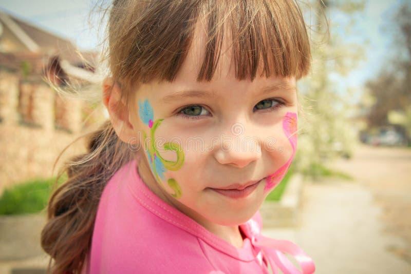 Porträt eines Mädchens mit gemaltem Gesicht lizenzfreie stockfotos