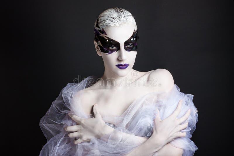 Porträt eines Mädchens mit kreativem Make-up lizenzfreies stockbild