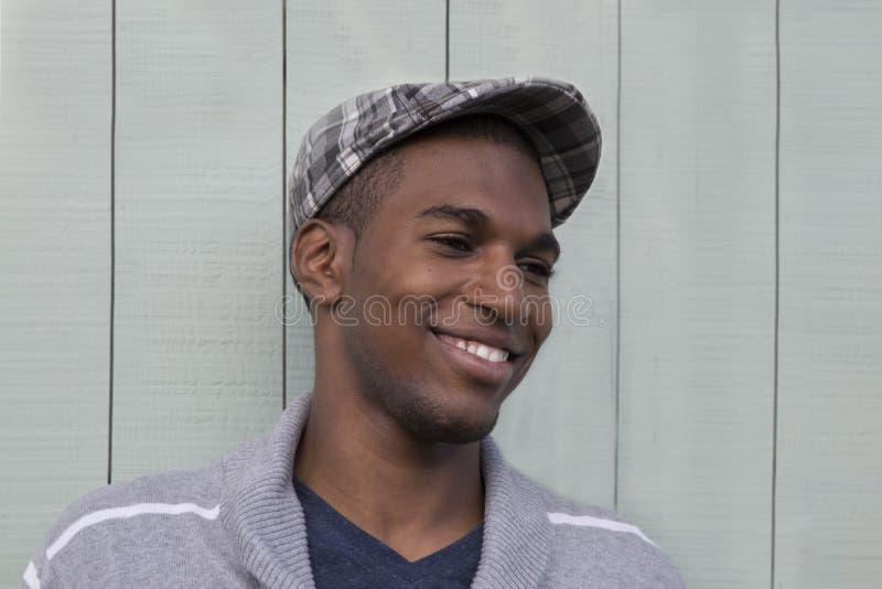 Porträt eines männlichen Modellabschlusses des attraktiven Afroamerikaners oben lizenzfreie stockbilder