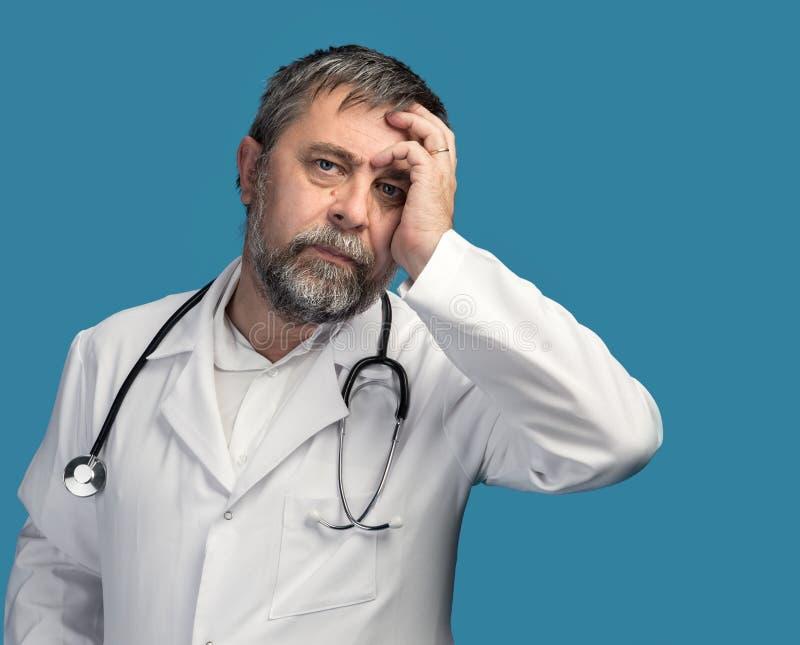 Porträt eines müden Doktors stockfotografie