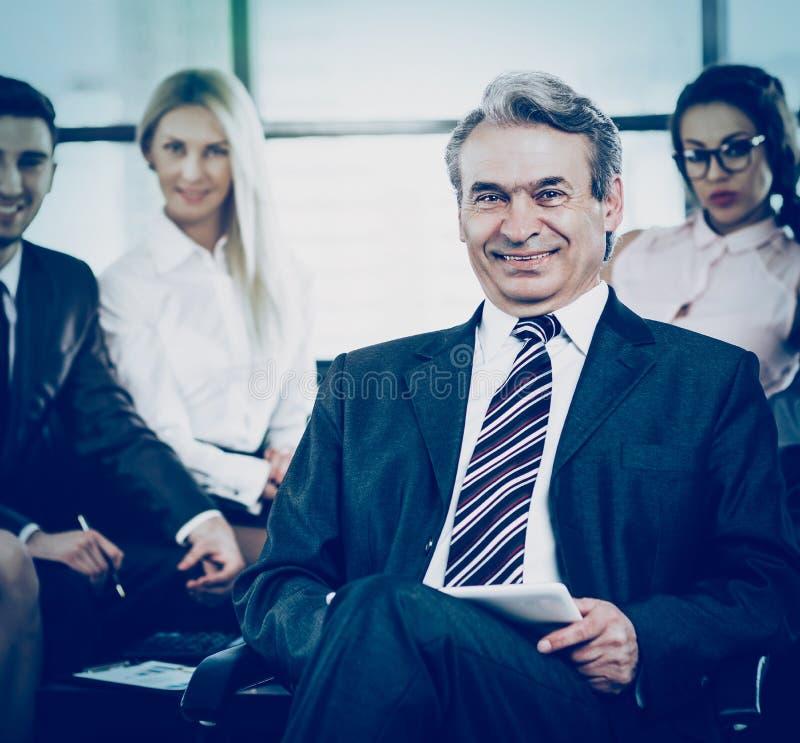 Porträt eines Managers - die Direktornnahaufnahme auf Hintergrund stockfotografie