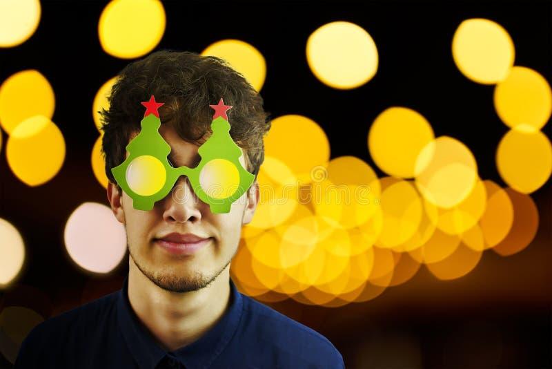 Porträt eines Mannes in den Weihnachtsgläsern lizenzfreie stockfotografie