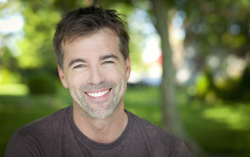 Porträt eines Mannes, der an der Kamera lächelt lizenzfreie stockbilder