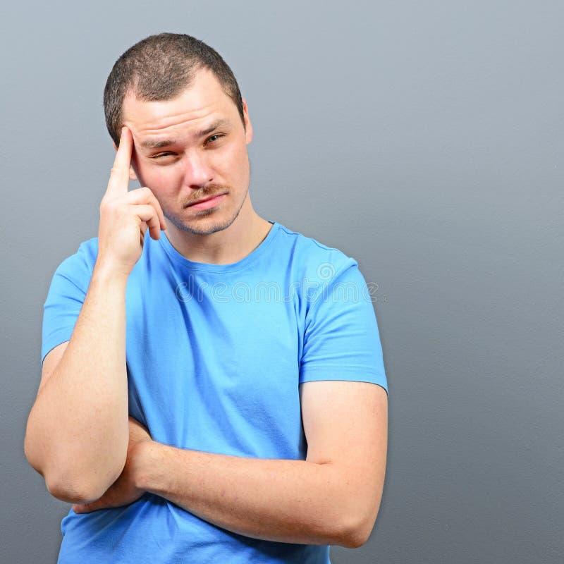 Porträt eines Mannes, der Finger auf Stirn setzt und versucht sich zu konzentrieren lizenzfreies stockbild