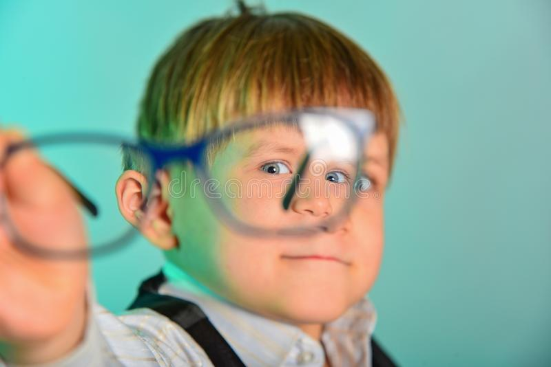Porträt eines Mannes durch Gläser, Gläser im Fokus, der Rest in der Unschärfe stockbilder