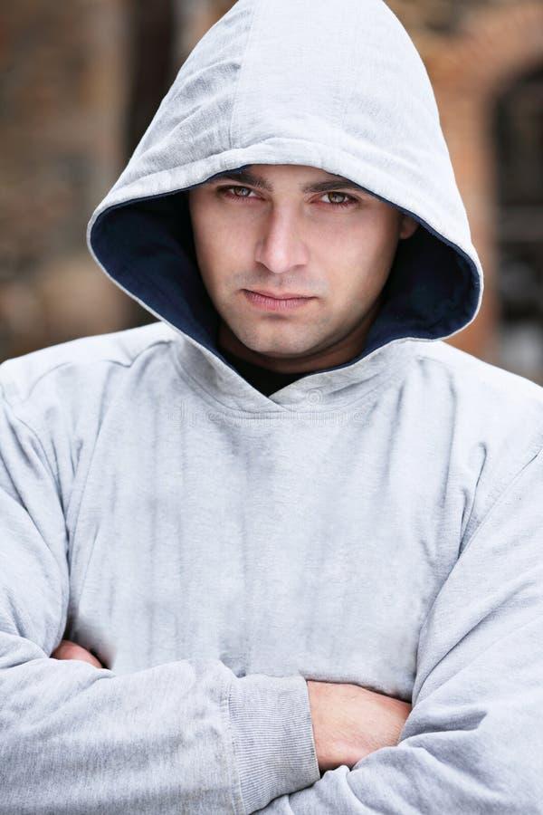 Porträt eines Mannes in einer Haube stockfoto