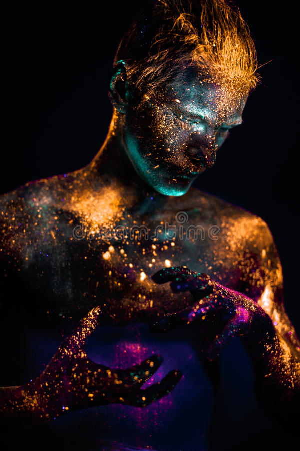 Porträt eines Mannes gemalt in den Leuchtstoff UVfarben lizenzfreies stockbild