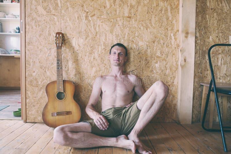 Porträt eines Mannes mit einer Gitarre lizenzfreies stockbild
