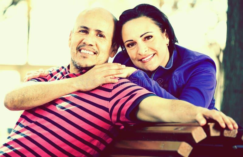 Porträt eines Mannes und der Frau, die sich glücklich umfassen lizenzfreie stockfotos