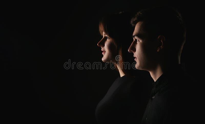 Porträt eines Mannes und der Frau in einem zurückhaltenden Nahaufnahme der Seitenansicht der jungen Paare Drastisches Porträt stockfotografie