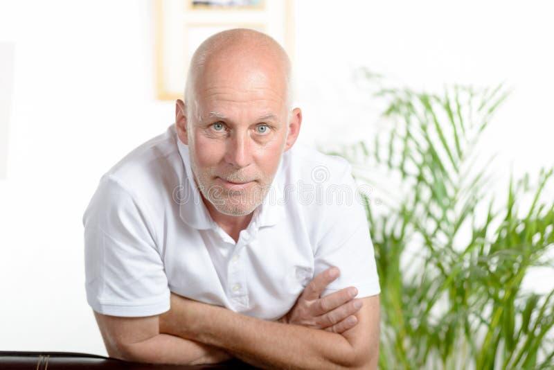 Porträt eines Mannes von mittlerem Alter stockfotos