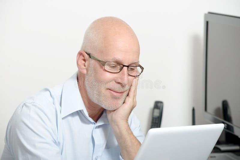 Porträt eines Mannes von mittlerem Alter mit einer digitalen Tablette stockbild
