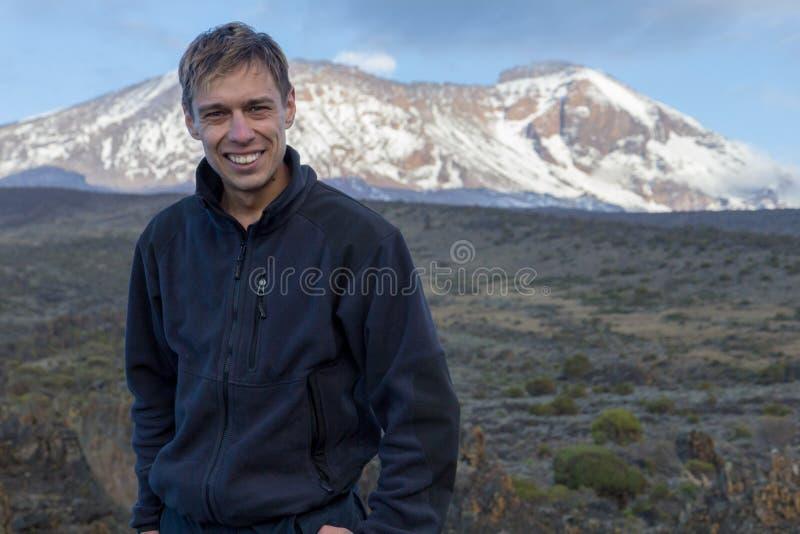 Porträt eines Mannes vor dem hintergrund des Mount Kilimanjaros lizenzfreie stockfotografie