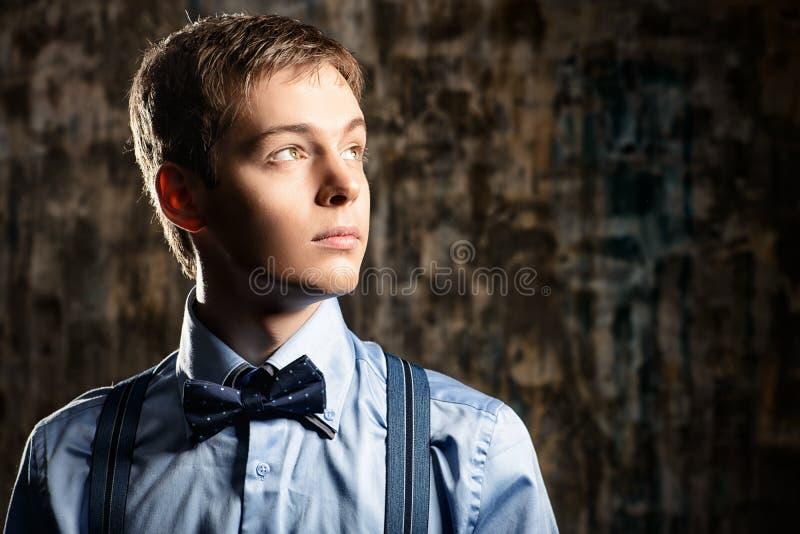 Porträt eines Mannmannes, durchdacht weg schauend lizenzfreie stockfotos