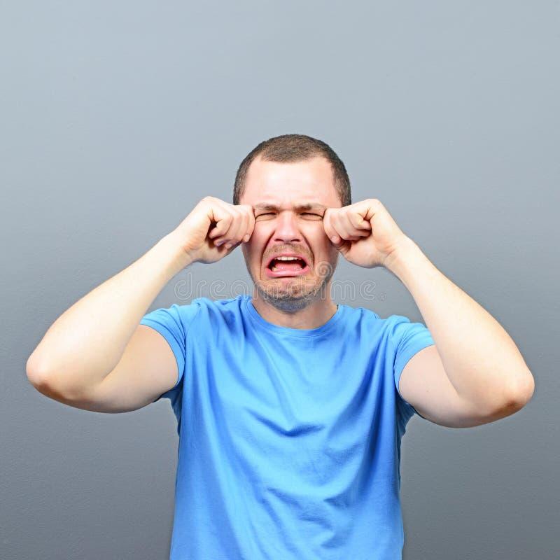 Porträt eines Mannschreiens stockfoto