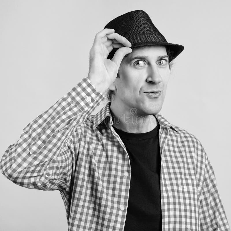 Porträt eines Menschen mit ausdrucksvollem Gesicht Mann mit Hut Junge Junge in Pampelhemd Menschen, Emotionen, Ausdrucksformen un stockbild