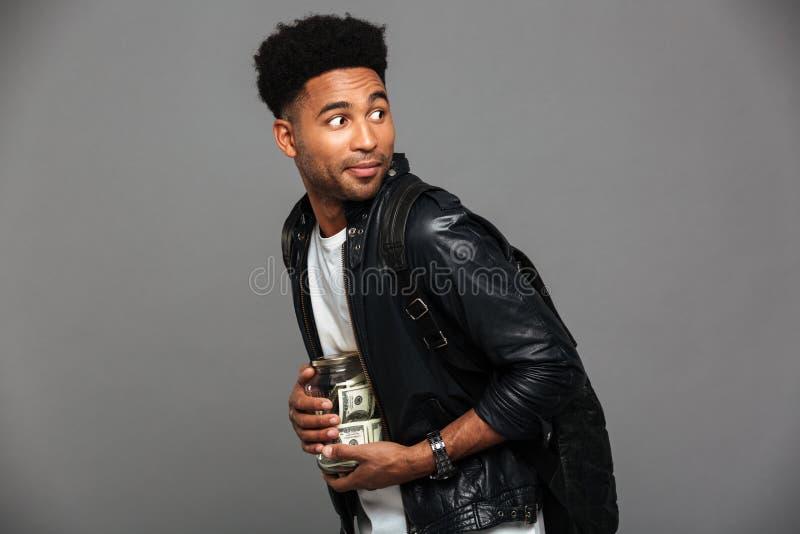 Porträt eines misstrauischen afroen-amerikanisch Mannes in der Lederjacke lizenzfreie stockfotografie