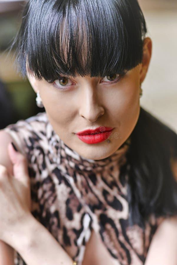 Porträt eines Modells mit dem schwarzen Haar und schönem Make-up lizenzfreie stockfotos