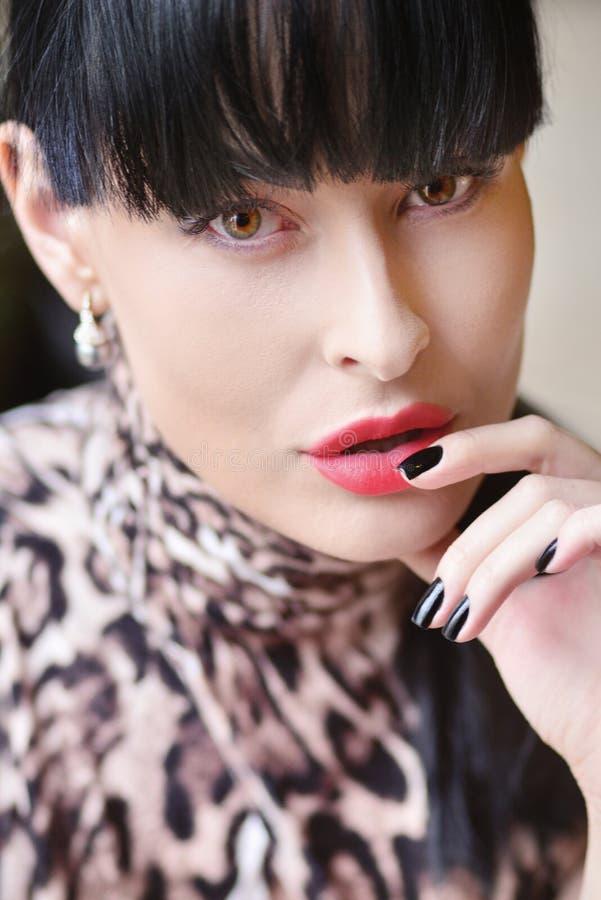 Porträt eines Modells mit dem schwarzen Haar und schönem Make-up stockfotos