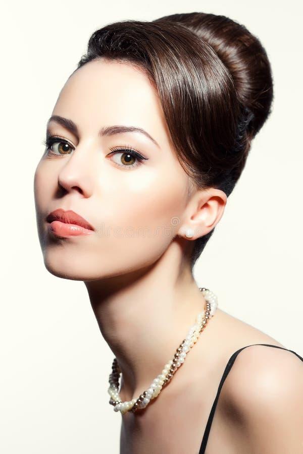 Porträt eines modernen Modells mit großer Frisur lizenzfreie stockfotos