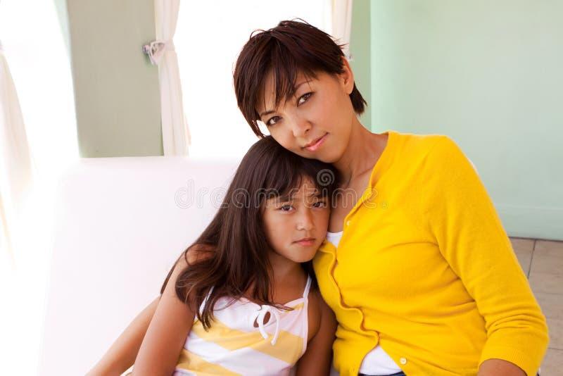 Porträt eines Mutter- und Tochterumarmens stockbild