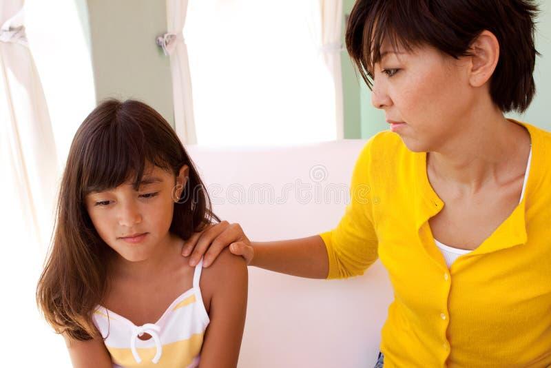 Porträt eines Mutter- und Tochterumarmens lizenzfreies stockfoto