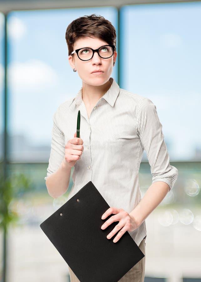 Porträt eines nachdenklichen FrauenBüroangestellten stockbilder