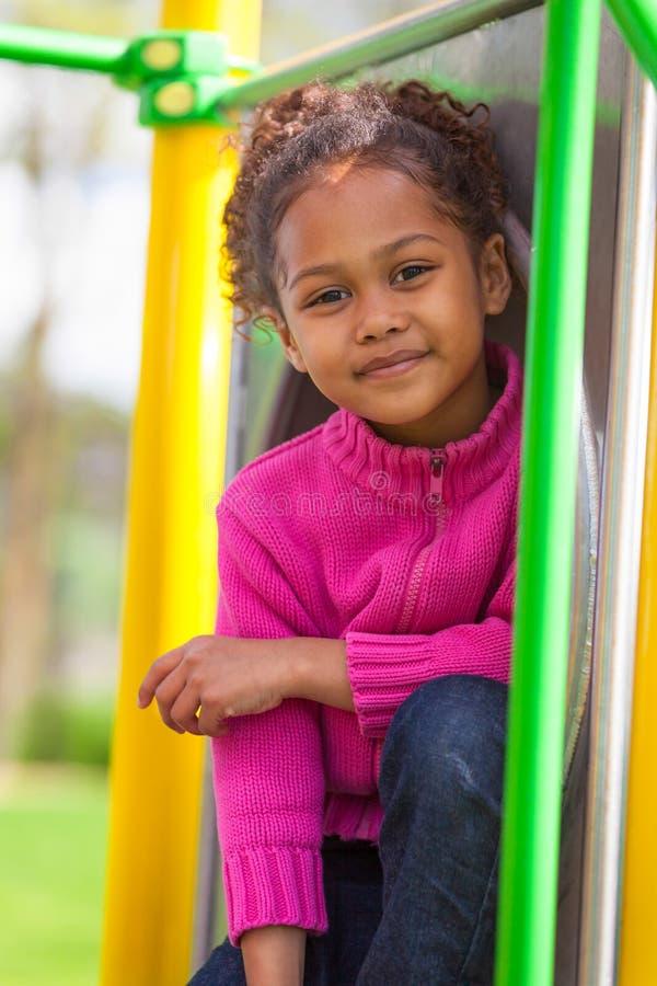 Porträt eines netten afrikanischen kleinen Mädchens am Spielplatz lizenzfreie stockfotos