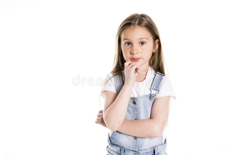 Porträt eines netten 7-Jahr-alten Mädchens lokalisiert über dem weißen Hintergrund nachdenklich lizenzfreie stockfotos