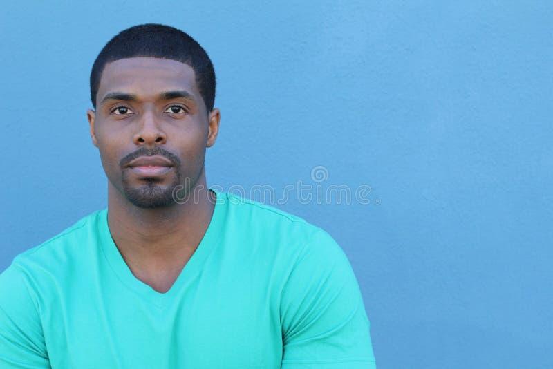 Porträt eines netten jungen attraktiven afrikanischen Mannes mit Kopienraum lizenzfreie stockfotos