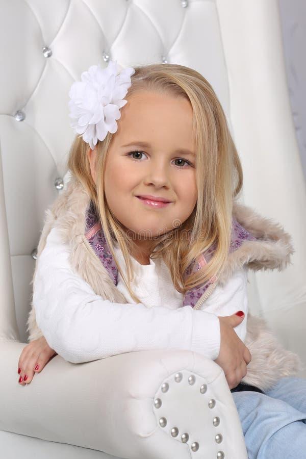 Porträt eines netten kleinen blonden Mädchens mit dem langen Haar lizenzfreies stockbild
