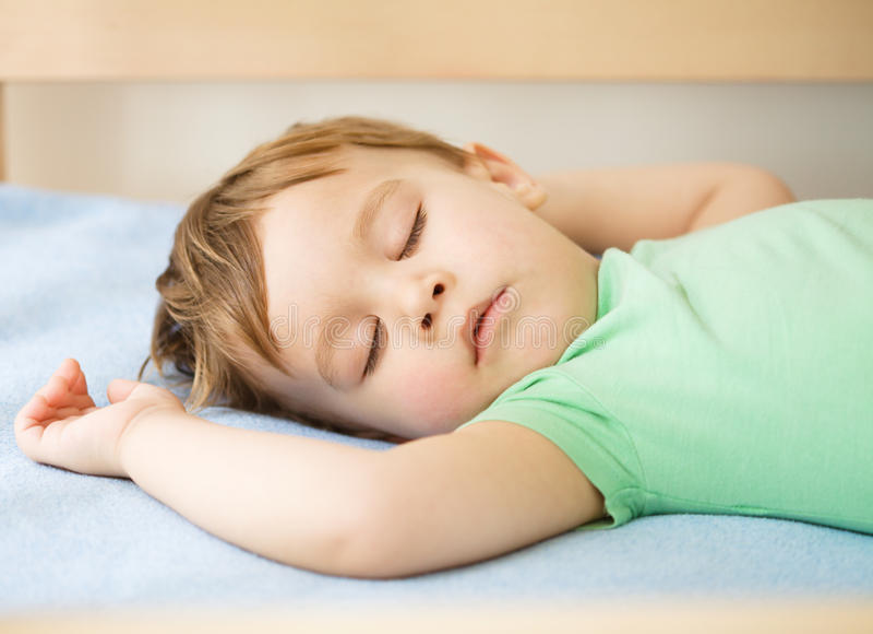 Netter kleiner Junge schläft lizenzfreie stockfotos