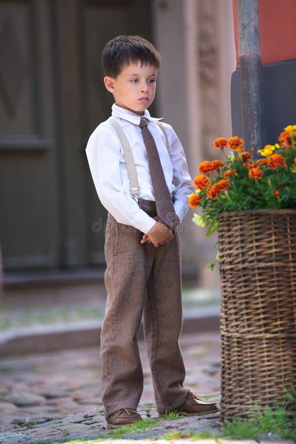 Porträt eines netten kleinen Jungen draußen in der Stadt stockfoto